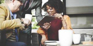 Gens d'affaires rencontrant la technologie d'entreprise de Tablette de Digital concentrée Images stock