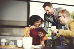Gens d'affaires rencontrant la technologie d'entreprise de Tablette de Digital concentrée Photo libre de droits