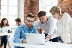 Gens d'affaires rencontrant le bon travail d'équipe dans le bureau Concept réussi de stratégie de lieu de travail de réunion de t image libre de droits