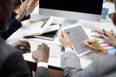 Gens d'affaires rencontrant le concept d'email de communication de connexion Image stock