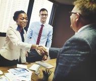 Gens d'affaires rencontrant le concept d'entreprise de salutation de poignée de main Image stock