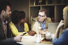 Gens d'affaires rencontrant le concept d'entreprise de technologie d'ordinateur portable Photo libre de droits