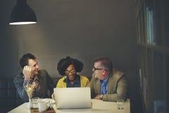 Gens d'affaires rencontrant le concept d'entreprise de technologie d'ordinateur portable Photo stock