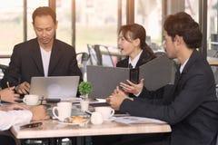 Gens d'affaires rencontrant le concept de travail d'équipe de communication corporate photos stock