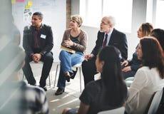 Gens d'affaires rencontrant le concept fonctionnant de discussion de conférence photographie stock libre de droits