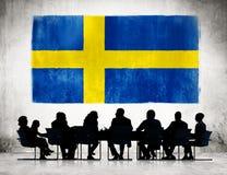 Gens d'affaires rencontrant le drapeau de la Suède Images libres de droits