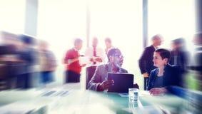 Gens d'affaires rencontrant le séminaire partageant le concept de pensée parlant Photographie stock