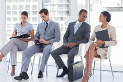 Gens d'affaires s'asseyant ensemble photo libre de droits