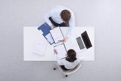 Gens d'affaires s'asseyant et discutant aux affaires photo stock