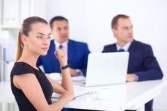 Gens d'affaires s'asseyant et discutant lors de la réunion Image libre de droits