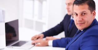 Gens d'affaires s'asseyant et discutant lors de la réunion Image stock