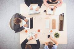Gens d'affaires s'asseyant et discutant lors de la réunion d'affaires Photographie stock