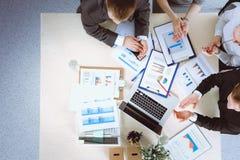 Gens d'affaires s'asseyant et discutant lors de la réunion d'affaires Gens d'affaires Image stock