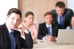 Gens d'affaires s'asseyant et discutant lors de la réunion d'affaires Photographie stock libre de droits
