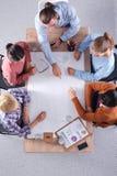 Gens d'affaires s'asseyant et discutant lors de la réunion d'affaires, dans le bureau Images stock