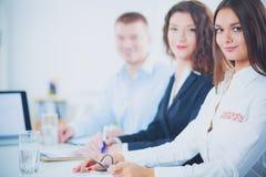 Gens d'affaires s'asseyant et discutant lors de la réunion d'affaires, dans le bureau Gens d'affaires Images stock