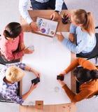 Gens d'affaires s'asseyant et discutant lors de la réunion d'affaires, dans le bureau Image libre de droits