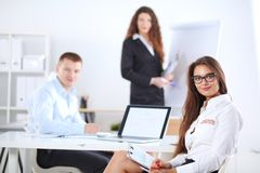 Gens d'affaires s'asseyant et discutant lors de la réunion d'affaires, dans le bureau Gens d'affaires Photos libres de droits