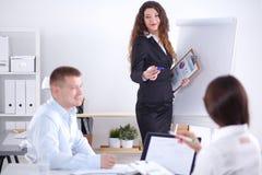 Gens d'affaires s'asseyant et discutant lors de la réunion d'affaires, dans le bureau Gens d'affaires Photographie stock