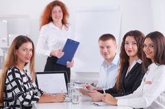 Gens d'affaires s'asseyant et discutant lors de la réunion d'affaires, dans le bureau Gens d'affaires Photos stock