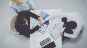 Gens d'affaires s'asseyant et discutant lors de la réunion d'affaires, dans le bureau Photo stock