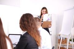 Gens d'affaires s'asseyant et discutant lors de la réunion d'affaires, dans le bureau Gens d'affaires Photographie stock libre de droits