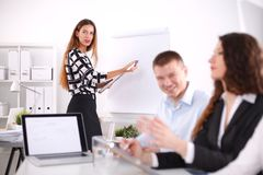 Gens d'affaires s'asseyant et discutant lors de la réunion d'affaires, dans le bureau Gens d'affaires Images libres de droits