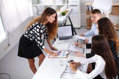 Gens d'affaires s'asseyant et discutant lors de la réunion d'affaires, dans le bureau Gens d'affaires Photo stock