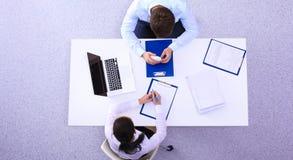 Gens d'affaires s'asseyant et discutant lors de la réunion, dans le bureau image libre de droits