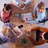 Gens d'affaires s'asseyant et discutant lors de la réunion, dans le bureau images libres de droits