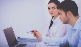 Gens d'affaires s'asseyant et discutant lors de la réunion, dans le bureau photos stock