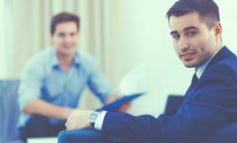 Gens d'affaires s'asseyant et discutant lors de la réunion, dans le bureau image stock