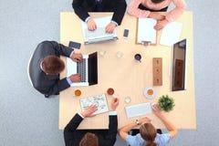 Gens d'affaires s'asseyant et discutant lors de la réunion, dans le bureau Photo libre de droits