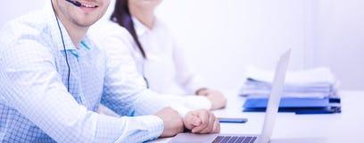 Gens d'affaires s'asseyant et discutant lors de la réunion, dans le bureau Photo stock