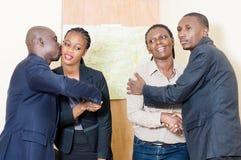 Gens d'affaires se donnant des accolades Photo stock