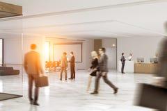 Gens d'affaires se précipitant par un hall de bureau Image stock