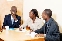 Gens d'affaires se réunissant au bureau Photo libre de droits