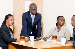 Gens d'affaires se réunissant au bureau Image libre de droits