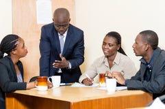 Gens d'affaires se réunissant au bureau Photo stock
