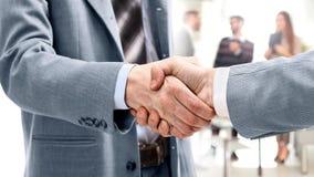 Gens d'affaires se réunissant autour de la table photographie stock