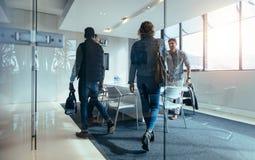 Gens d'affaires se réunissant dans la salle de conférence photo stock