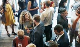 Gens d'affaires se réunissant mangeant le concept de partie de cuisine de discussion photographie stock