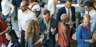 Gens d'affaires se réunissant mangeant le concept de partie de cuisine de discussion images libres de droits