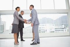 Gens d'affaires se réunissant se serrant la main Image libre de droits
