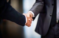 Gens d'affaires se serrant la main photographie stock libre de droits