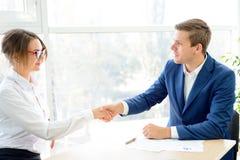 Gens d'affaires se serrant la main après la signature du contrat concept d'association d'affaires Images stock