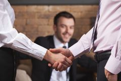 Gens d'affaires se serrant la main après s'être réuni en café Image stock
