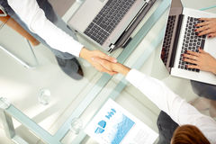 Gens d'affaires se serrant la main au cours d'une réunion Photographie stock