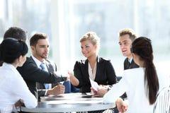Gens d'affaires se serrant la main au cours de la réunion au bureau créatif Image stock