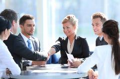 Gens d'affaires se serrant la main au cours de la réunion au bureau créatif image libre de droits